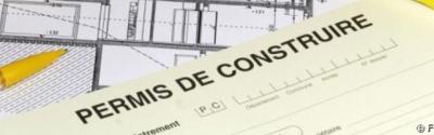 PERMIS DE CONSTRUIRE : DECLENCHEMENT DU DELAI DE RECOURS MALGRE LA PRESENCE D'UNE ERREUR D'AFFICHAGE