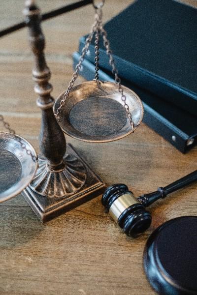 L'AVOCAT DU TITULAIRE D'UN MARCHE DOIT-IL JUSTIFIER DE SON MANDAT ?